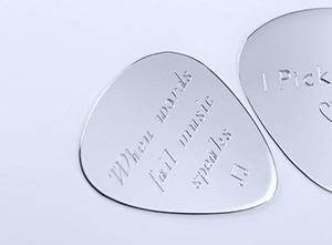 Zilveren gegraveerde plectrums